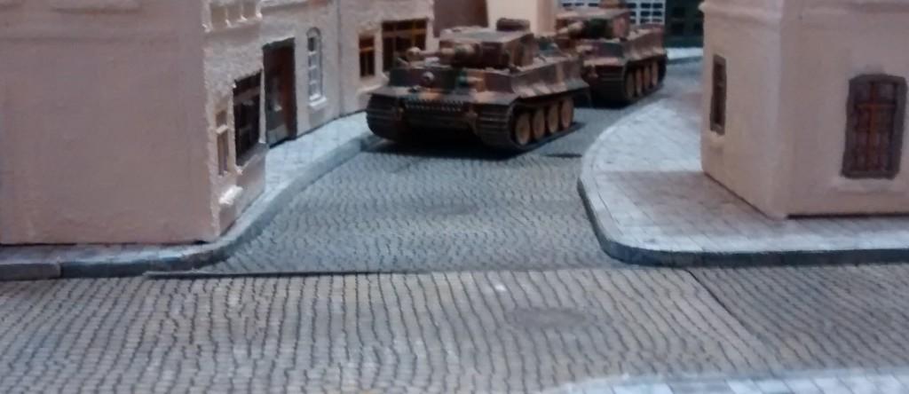 Die drei Tiger I des deutschen Sofagenerals wollen den Schörmis kräftig einheizen. Aber gelingt das? Drei gegen Neun?