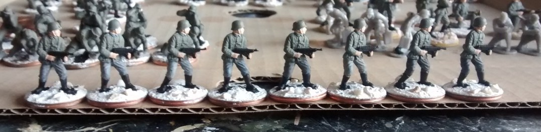 Acht Figuren aus dem einfachen Matchbox-Set P5003 German Infantry. Die Grundfarben wurden hier bereits aufgetragen.