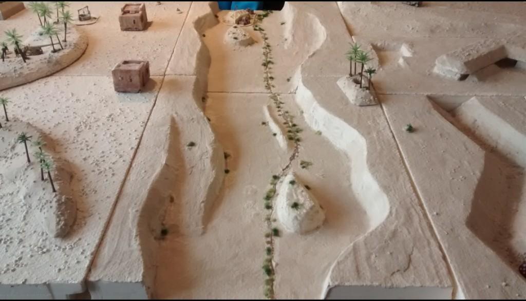 Das Wadi Tarfaui bietet der Truppen der Achse naklar guten Schutz gegen ein Überrennen. Dennoch bietet es den Angreifern auch eine Möglichkeit, das Artilleriefeuer zu unterlaufen und nahe der gegnerischen Stellung Deckung zu finden.