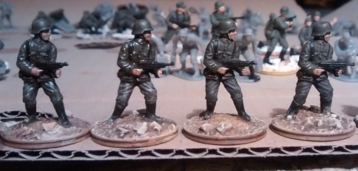 Mischung Panzergrau plus Mittelgrau. Links flächig aufgetragen, rechts als Lasur.