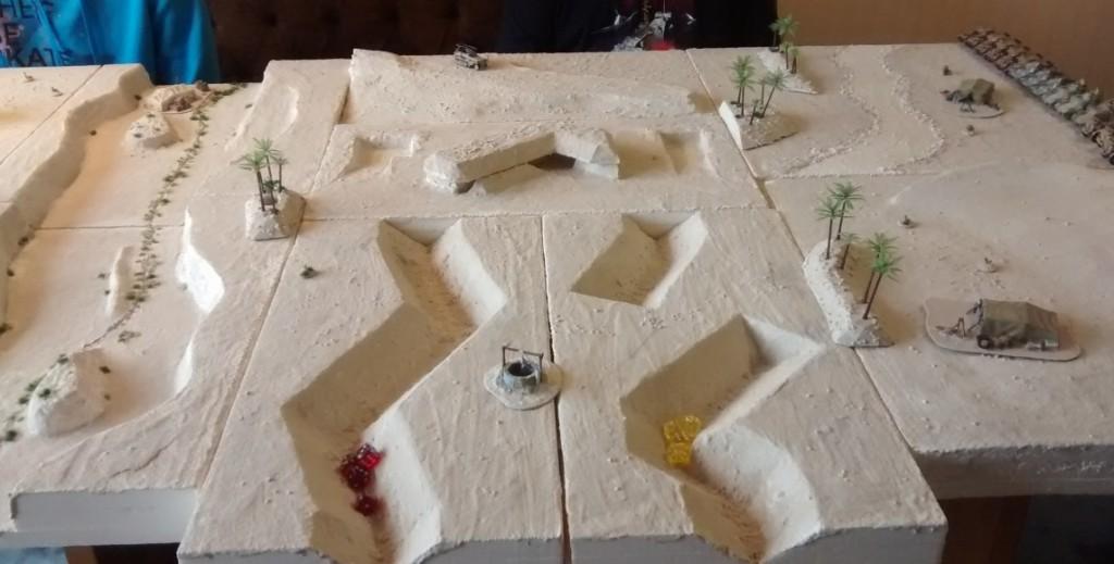 Mitten in der Wüstenei findet sich ein alter britischer Panzergraben und ein Wüstenfort. In diesem Game kann es den vorwärtsmarschierenden British 7th Armoured Division kurzfristig Deckung bieten.