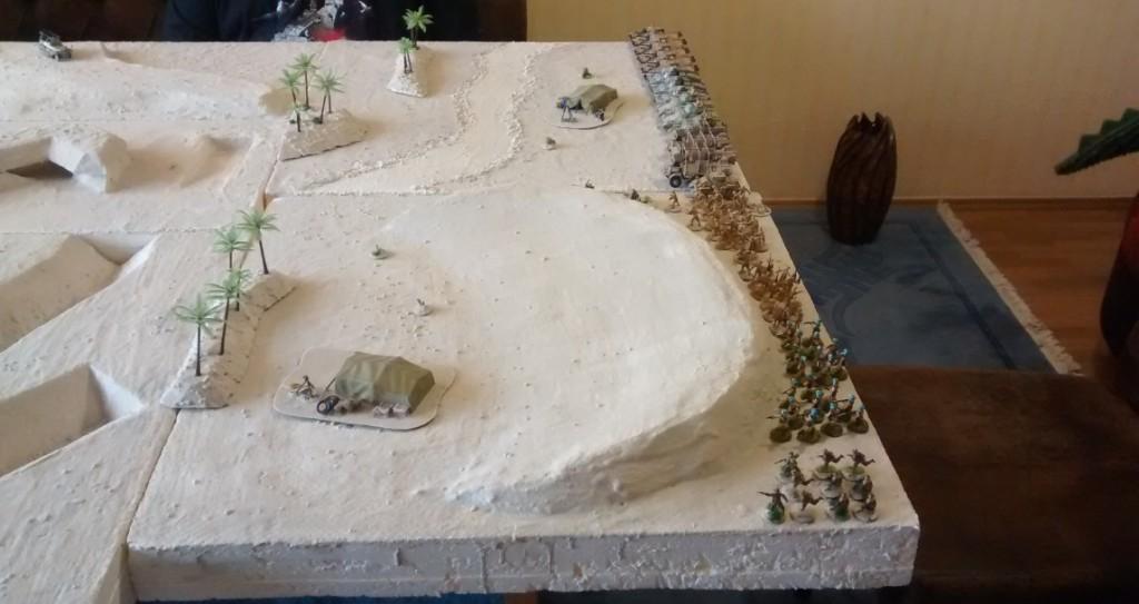 Der Bereitstellungsraum der Alliierten Truppen. Die Düne engt nach hinten etwas ein.  Dies ist jedoch nicht ganz so von Belang, da in diesem Bereich erstmal keine Gefechte zu erwarten sind. Die Truppen der Achse sind zu schwach für einen Angriff. Außerdem haben diese den Befehl zur Verteidigung. Obwohl... Wer weiß...