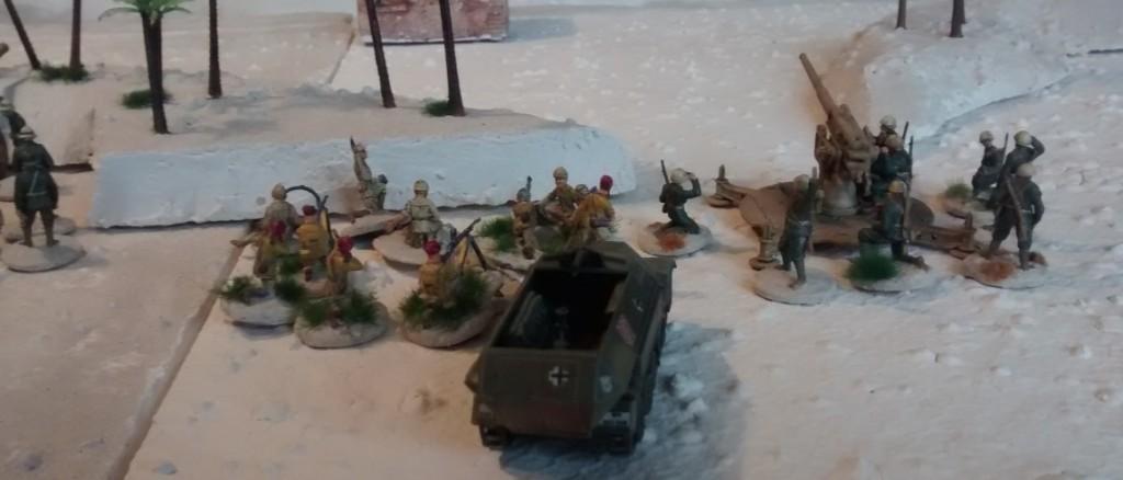 Im Zentrum der deutsch-/italienischen Stellung wird das Sd. Kfz 251/1 mit seinem 81mm Mörser die Bekämpfung von Infanterie im Wadi Tarfaui unterstützen.