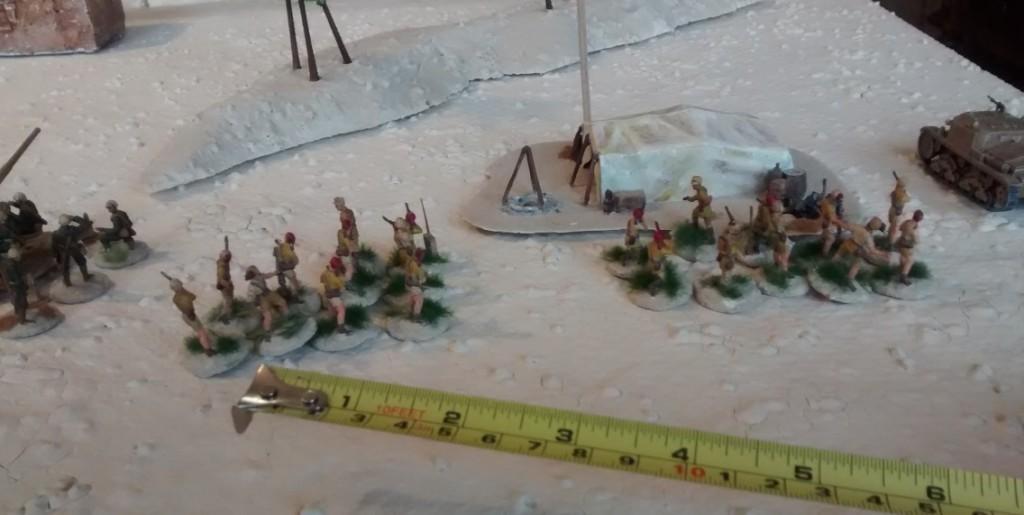Soldaten der Division Folgore nehmen den Geländemarker auf dem rechten Flügel ein. Sie sind bereit, den Gegner im Gegenstoß wieder aus dem Wadi Tarfaui hinauszuwerfen.