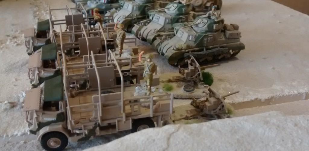 Allen voraus fahren die Schützen der King's Royal Rifle Corps auf ihren Bedford QLB.