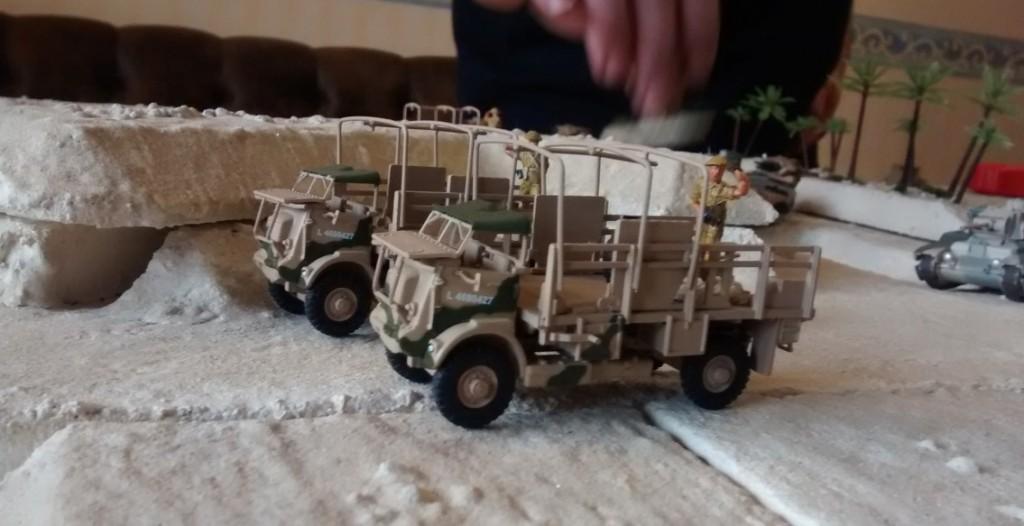 """Die Mannen des King's Royal Rifle Corps nutzen die Gelegenheit, im Wüstenfort """"El Ghibli"""" in Deckung zu gehen und sich auf den bevorstehenden Angriff vorzubereiten. Die Matilda und Crusader Tanks sind etwas langsamer und müssen noch nachziehen."""