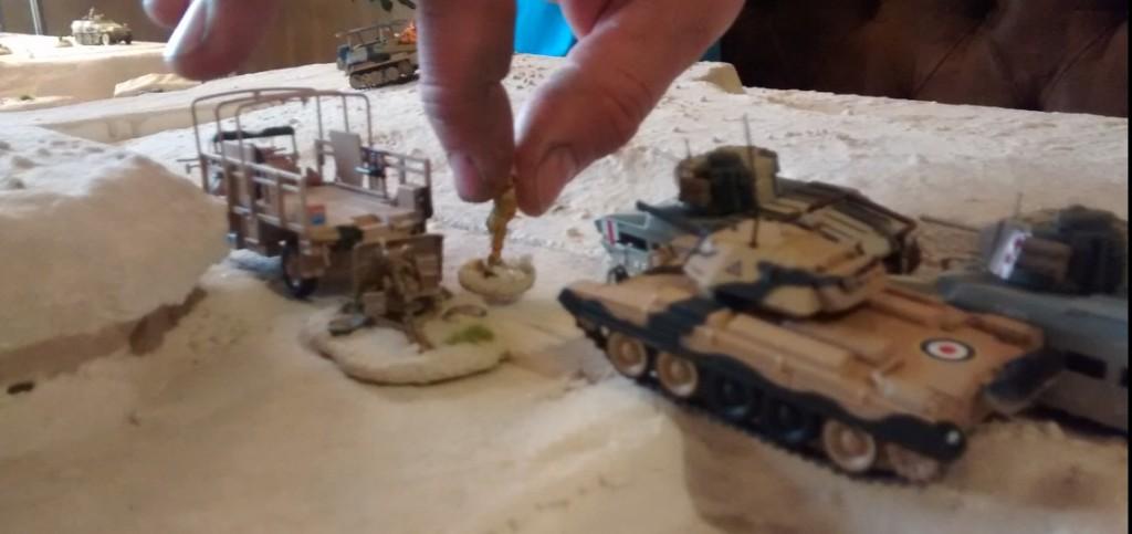 Während das King's Royal Rifle Corps absitzt, holen die Tanks auf.