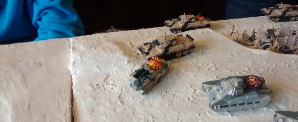 Auf dem rechten Flügel blockiert ein liegengebliebener Crusader an angster Stelle das Vorankommen der British 7th Armoured Division.