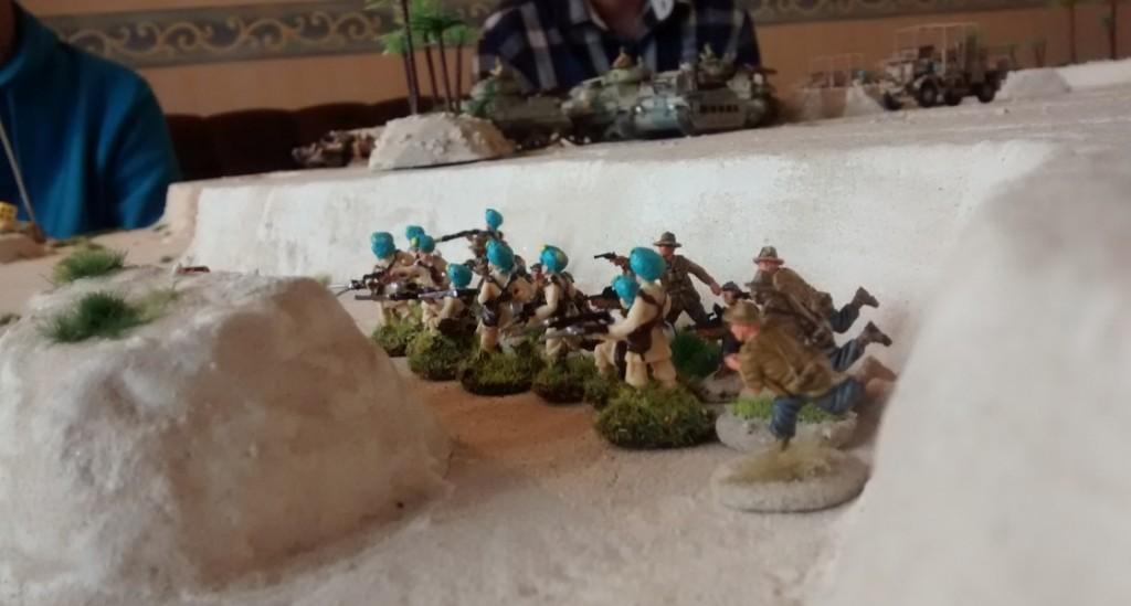 Auf breiter Front wird das Wadi gestürmt. Die italienischen Verteidiger werden weggefegt.