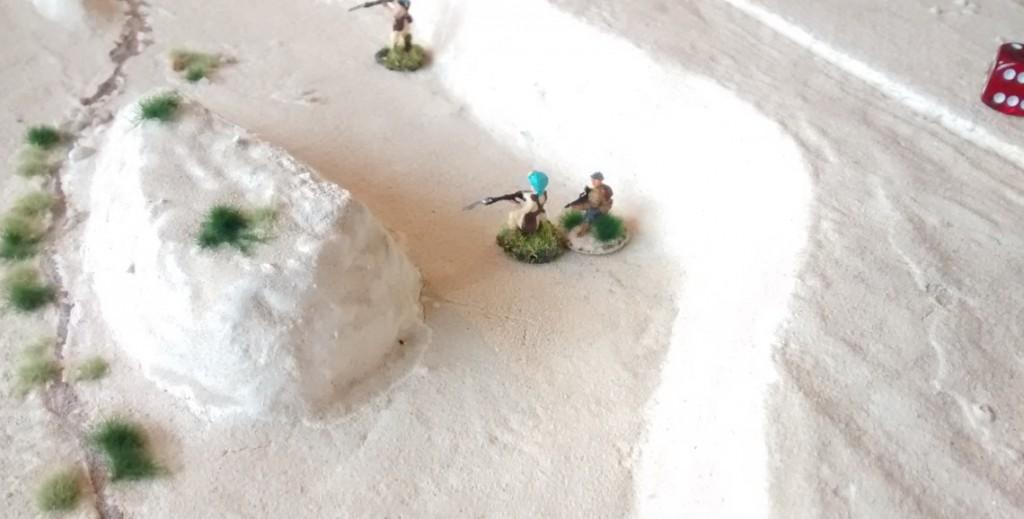 Das Bild macht es deutlich. Unter dem zusammengefassten Feuer der deutschen leichten Panzer und der beiden 10er-Trupps der Division Folgore kommt der britische Angriff zum Erliegen.