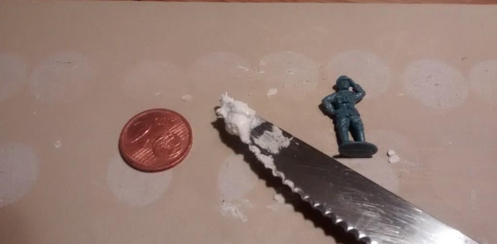 Im ersten Schritt grabben wir das Rohmaterial. Man nehme: Ein 2-Cent-Stück, eine Figur und eine Messerspitze mit Strukturpaste.