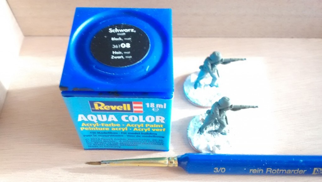 Das Handwerkszeug des Schusters ist dieses Mal wieder ganz simpel: ein schlichter Rotmarder-Pinsel und die farbe Revell AQUACOLOR 36108 Schwarz.