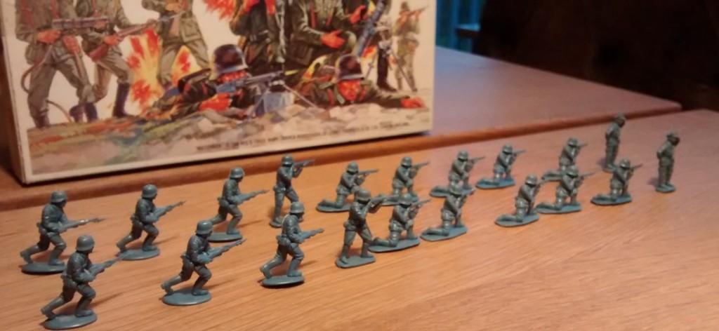 Für meine Behind Omaha-Armee: zwei 10er-Trupps in einfacher Ausstattung.