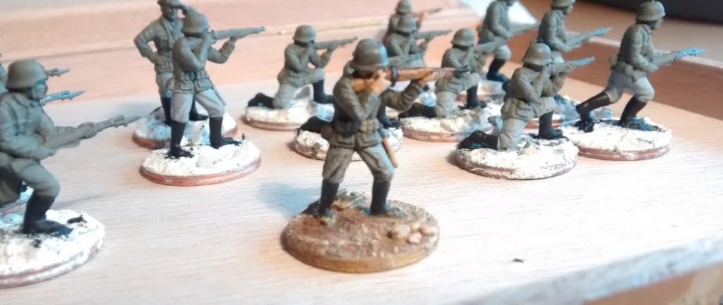 Die Resultate der Bemalung der Wehrmachtsstiefel bei den 20 Minis müssen  nun wirklich nicht zelebriert werden. Stiefel sind weder kunstvoll noch verschnörkelt bemalt.  Sie müssen schwarz sein und exakte kanten haben. Das habense. Punktum.