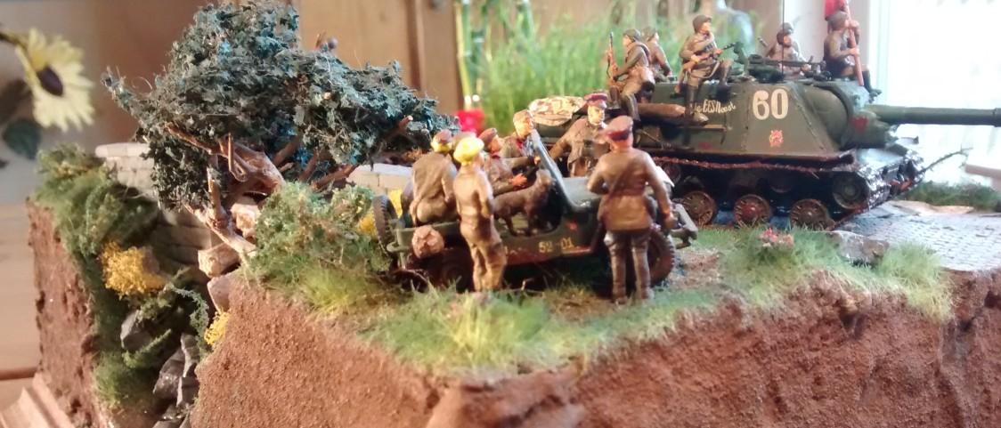 Der Jeep nebst Offizieren und dem bereits vorgestellten Hund und Maskottchen des Obristen. Man beachte die attraktive Blondine links.