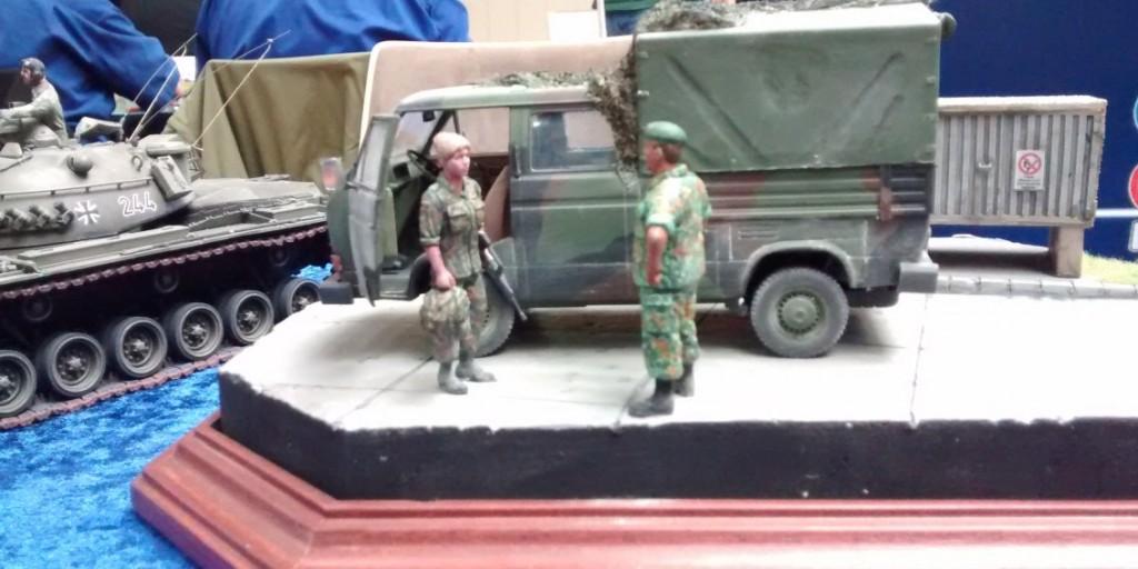 Szene im Munitionsdepot: Soldatin und Feldwebel