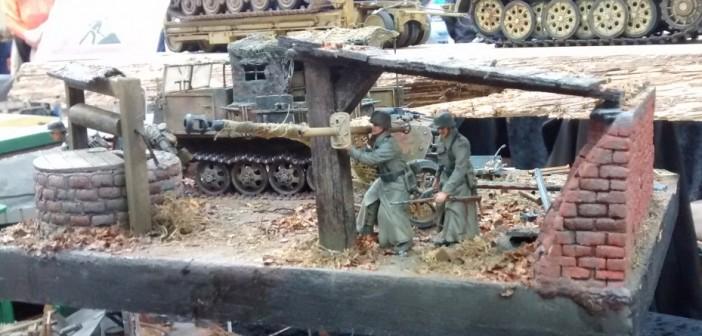 Szene in Russland: neben dem Brunnen geht ein Panzerschreck-Schütze in Anschlag. Im Hintergrund ein Raupenschlepper Ost (RSO)