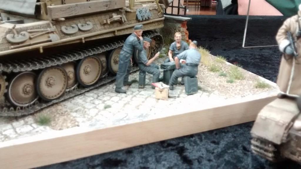 Die Szene mit dem Bergepanther lässt fast vergessen, dass man sich mitten im Krieg befindet. Das Skatspiel auf dem Kanister-Tisch wirkt beschaulich. Von der nahen Front ist hier nichts zu spüren.