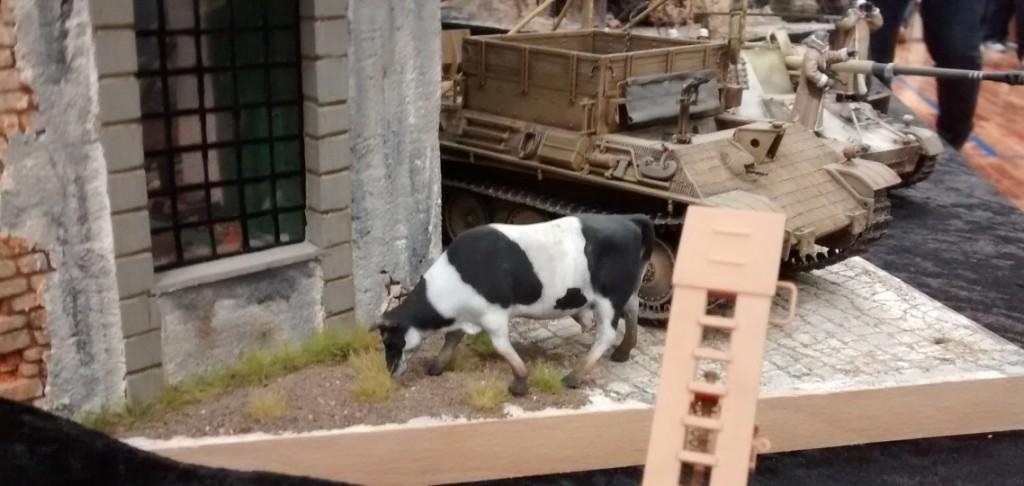 Im Ausschmücken ist der Modellbauer sehr fantasiereich.  Die Kuh neben dem Bergepanther unterstreicht noch den beschaulichen Charakter der Szene.
