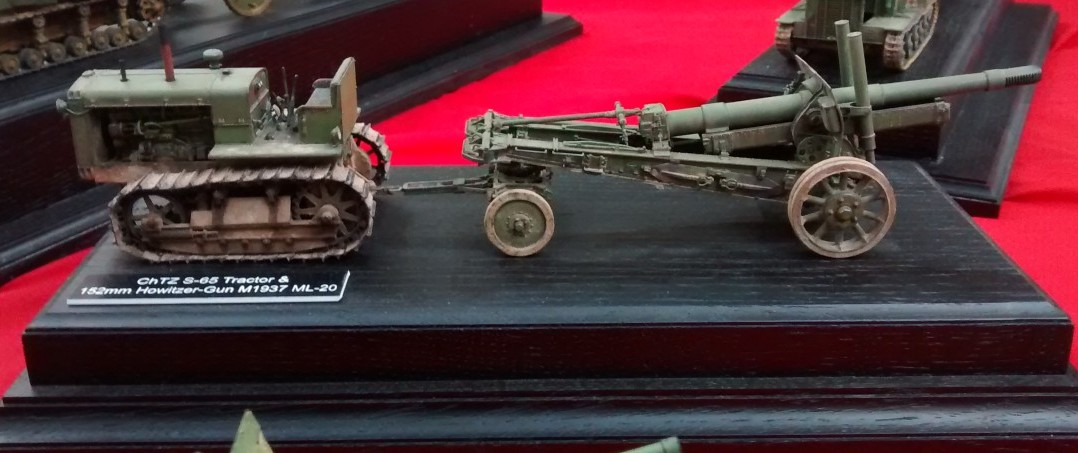 ChTZ S-65-Traktor und 152mm-Haubitze M1937 ML-20