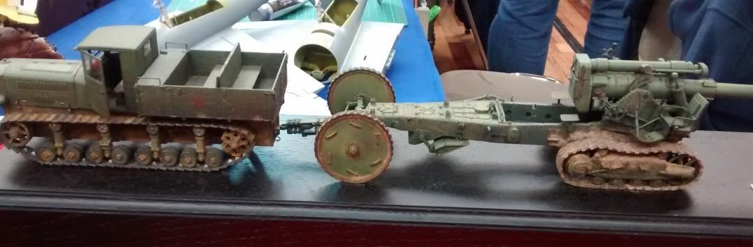Komintern Artillerie-Traktor und 152mm-Haubitze M1935