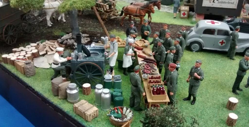 Szene mit Feldküche und Gulaschkanone