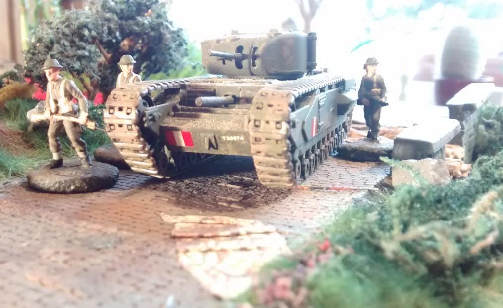 Der schwere Kampfpanzer Churchill Mk. I der British Expeditionary Forces (BEF). Meine jüngste Errungenschaft für meine Early-War-Truppen. Die drei Infanteristen stammen eigentlich von der 3. Kanadischen Infanterie Division, welche in 1944 an Juno Beach landete. Die Herren erklärten sich spontan zu diesem Schnappschuss bereit.