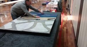 Plasti fackelt nicht lange und fügt Plattensegment an Plattensegment.