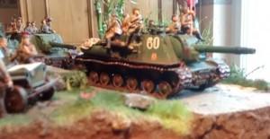 Ein angemessenes Diorama: zwei IISU-152 auf dem Vormarsch. Der Bambus hinter dem ISU-152 wächst nicht in der russischen Steppe sondern in meinem Wohnzimmer.