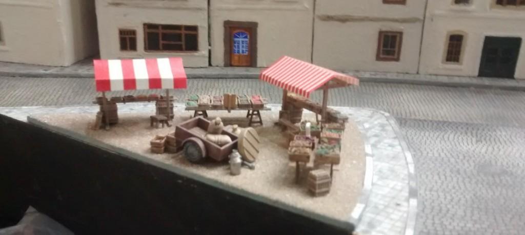 Der Gemüsemarkt, hinten in der Altstadt.