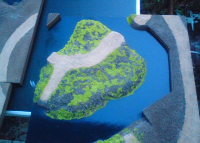 Die Dioramenplatte Schelde /Walcheren wurde nun auch begrünt. Die vom Wasser umflossene Insel weist bereits Straßen und Grasbewuchs auf. Die Brückenköpfe / Widerlager der Brücken sind bereits zu erkennen. Doch Vorsicht: nicht alle Brücken werden auch tatsächlich als Bauwerk bereitgestellt. Viele der Bauwerke finden sich in zerstörtem Zustand auf der späteren Platte wieder.