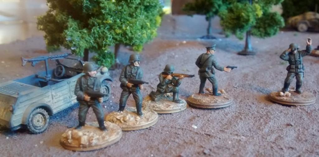 Der Stab/Granatwerfer-Bataillon 5. Rechts im Bild der Späher. Der knieende Schütze versieht die Aufgabe des Funkers. Okay, das Funkgerät wird ihm noch ausgehändigt werden müssen. Das liegt noch in der Ausrüstungskammer.