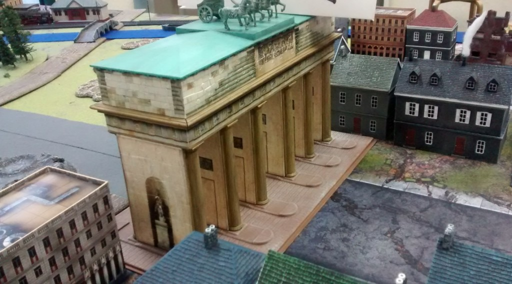 """Das Brandenburger Tor auf der Spielplatte des Table-Top-Game-Event """"Berlin 1945"""" am 07.05.2016 im Fantasyladen in Mainz."""