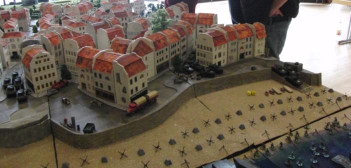 Panzerschlacht an Juno-Beach. Die 9 bzw. 18 Shermans starten jeweils an der Strandpromenade von Saint-Aubin-Sur-Mer.