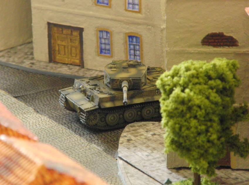 Panzerschlacht an Juno-Beach. In der City können die Tiger I ihre große Durchschlagskraft auf Distanz nur sehr begrenzt zu ihrem Vorteil nutzen.