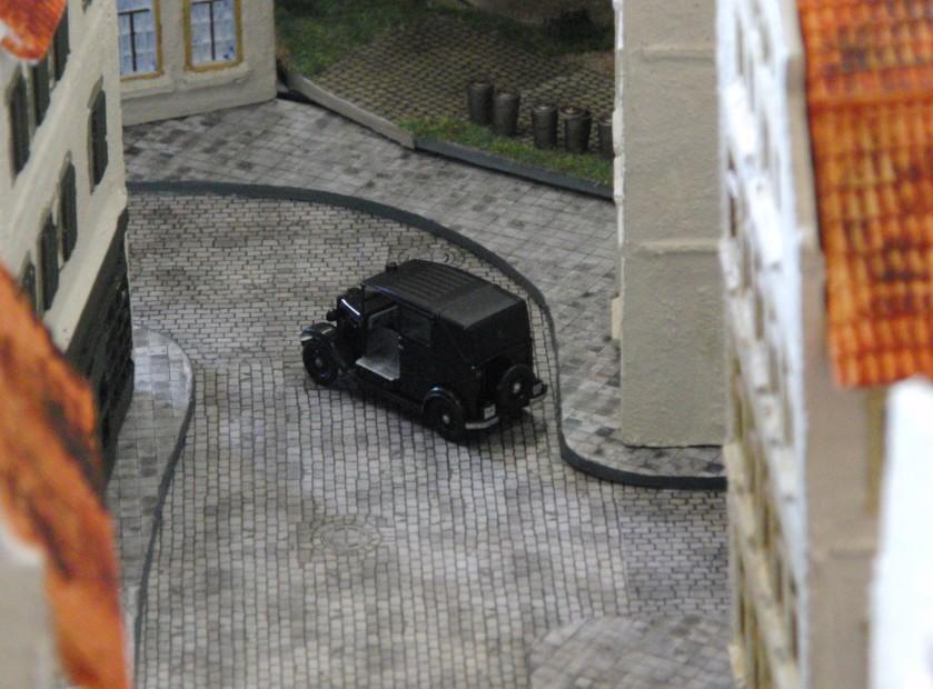 Vereinzelt fahren Limousinen durch die engen Gassen der Altstadt von Saint-Aubin