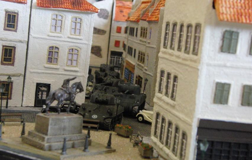 Die Shermanjagd in Saint-Aubin-Sur-mer ist keine klassische Panzerschlacht. Die US-Panzer, aber auch die deutschen Tiger-Panzer müssen in den beengten Straßen der Altstadt taktisch geschickt agieren.