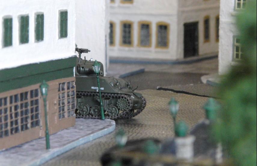 Panzerschlacht neben der Kneipe. Ein plötzlich hinter der Häuserecke auftauchender M4 Sherman verheißt nichts Gutes. Der Sherman kommt meist nicht allein.