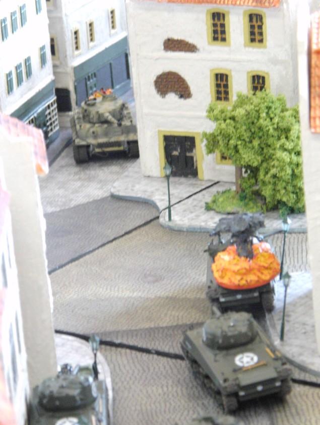 In der Stadtmitte entbrennt ein heftiges Panzer-Gefecht. Ein US-Tank-Platoon trifft auf einen der Tiger-Panzer.