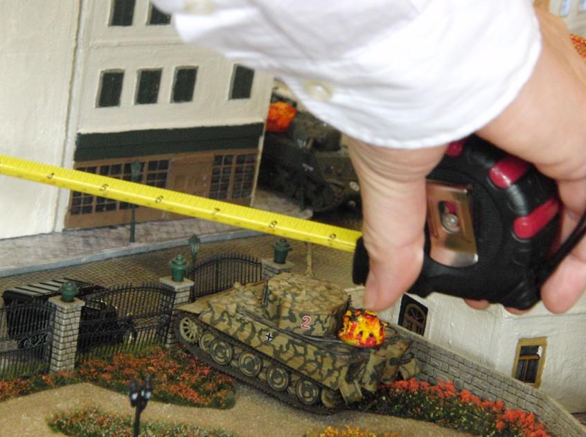Im Rosengarten ist gut austeilen. Der Tiger steht noch immer dort. Der Sherman hat bereits einstecken müssen.
