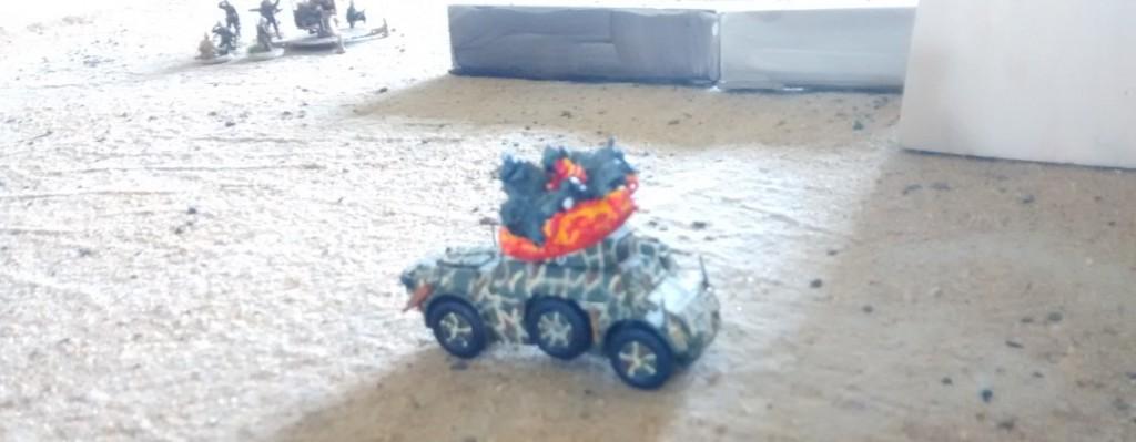 Der Autoblinda ist dem Beschuss der Cruiser-Tanks nicht gewachsen und fällt schnell aus.