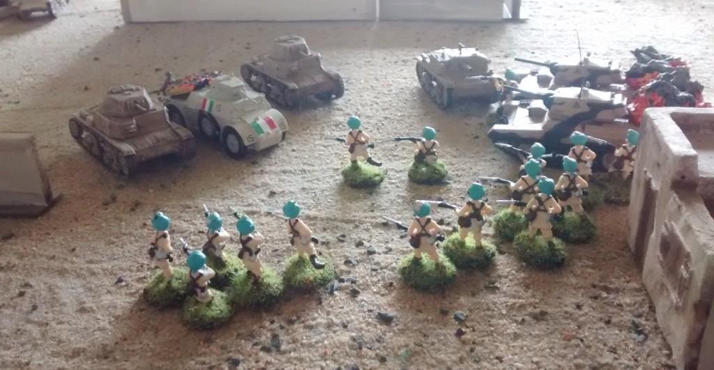In Stadtmitte zwischen Atak-Moschee und dem Verwaltungsgebäude kommt es zu heftigen Feuer-Gefechten zwischen einem italienischen Panzerverband aus M13/40 und Semovente. Die indische Infanterie bekämpft die angreifenden Panzer  mit Handgranaten und drängt die italienische Begleitinfanterie zurück.