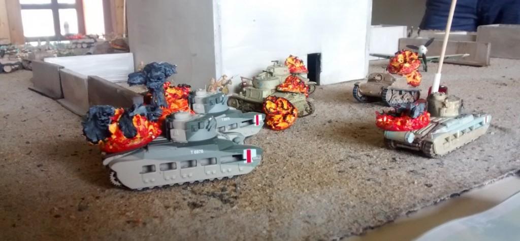 Die britische Infanterie greit mit den stark gepanzerten Matilda-Tanks das Verwaltungsbäude an. Die italienischen Verteidiger überraschen jedoch und knacken mit Haftladungen viele der Matilda-Tanks. Die liegengebliebenen Matilda-Tanks liefern sich noch eine ganze Weile Gefechte mit den M13/40 und Semovente, bis ihr Kanonen für immer schweigen.