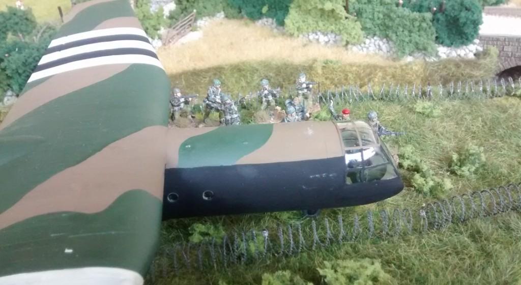 Ein Horsa nebst einem 10er-Trupp britischer Fallies der 6. Luftlandedivision der Briten.