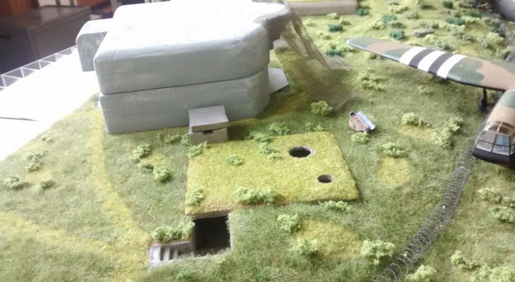 Hier der gerade neu errichtete zweite Regelbau 272. Rechts daneben der Doppel-Tobruk-Bunker mit Schießscharte für Granatwerfer und MG.