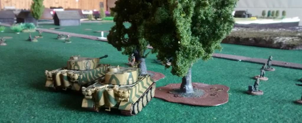 Zwei Tiger I Panzer in Lauerstellung.