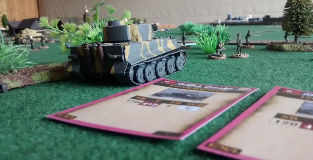 Neben dem Tiger I gut zu erkennen: die Karten mit den Aktions-Optionen für die deutschen Spieler. Off-Table-Granatwerfer-Barrage und anderen Optionen stehen bereit.