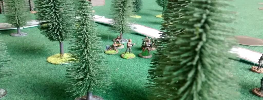 Ein deutscher 30-Mann-Grenadierzug ist im Waldstreifen untergezogen und hat sich eingegraben.