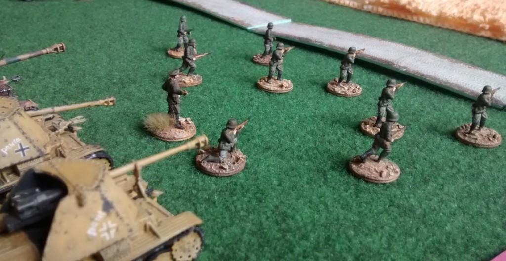 """In der deutschen Verteidigungslinie sind auch Pak auf Selbstfahrlafette integriert. Die Marder """"Paul"""" und """"Paula"""" stehen bereit."""
