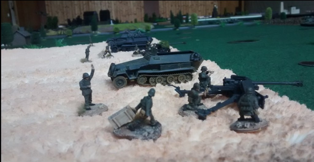 In einem der Getreidefelder sind drei 7,5cm-Pak 40 in Stellung gegangen.